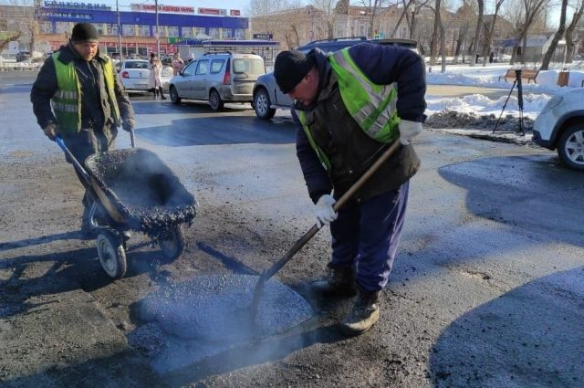 В областном центре приступили к ямочному ремонту дорог.