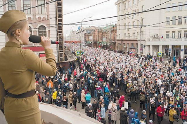 Тысячи красноярцев принимают участие в шествии Бессмертного полка.