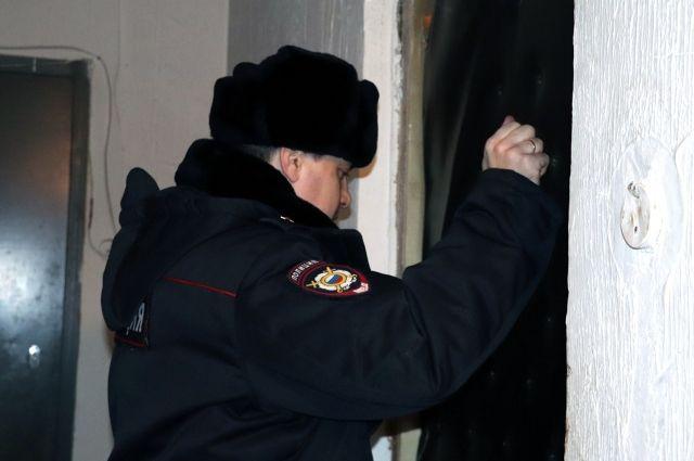 Участковые отдела полиции №2 проводят поквартирный обход, чтобы установить очевидцев и участников происшествия.