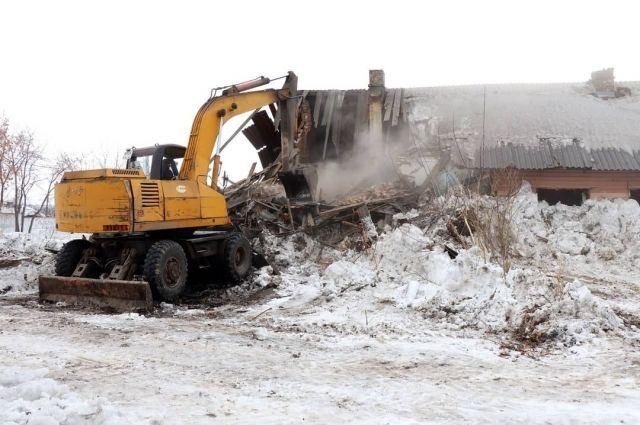 Аварийные постройки сносят с помощью спецтехники Кемеровской службы спасения.