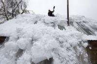 После падения с края крыши снег и лёд могут сходить и с середины крыши