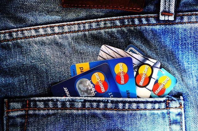 В Илеке с банковского счета женщины пропали деньги.