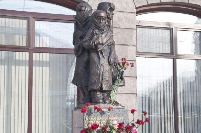В Омске установлен памятник ленинградским детям-блокадникам.