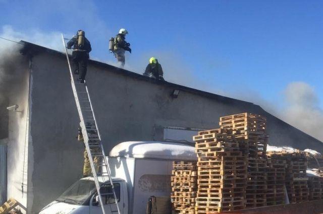 В пресс-службе ГУ МЧС России по Оренбургской области дали уточнение по пожару в районе рынка «Петровский».