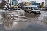 Путешествие по весенним улицам водители уже окрестили «погружением», а сам областной центр жители сравнивают с Венецией.