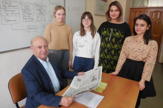В.Тихомиров со студентами первого курса ЗабГУ.