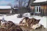 По словам местных жителей, ремонтная бригада пока утечку не нашла.