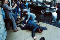 Попытка покушения на президента США Рональда Рейгана. Раненые пресс-секретарь Джеймс Брэди и офицер полиции Томас Делаханти лежат на земле.