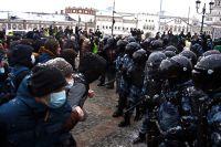 Сотрудники правоохранительных органов и участники несанкционированной акции протеста в Москве.
