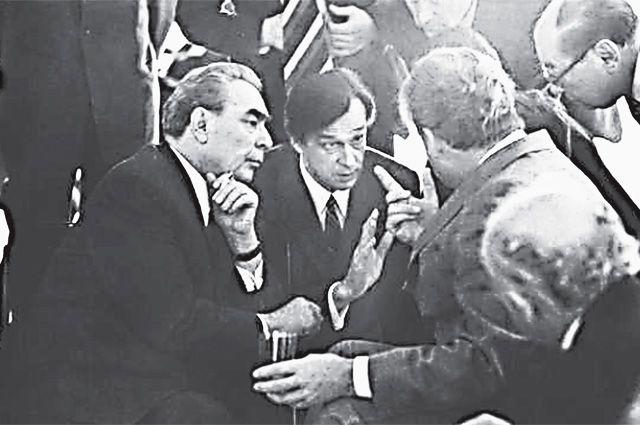 Леонид Брежнев и Валентин Фалин во время официального визита в ФРГ, 1973 г. Спиной сидит немецкий канцлер Вилли Брандт.