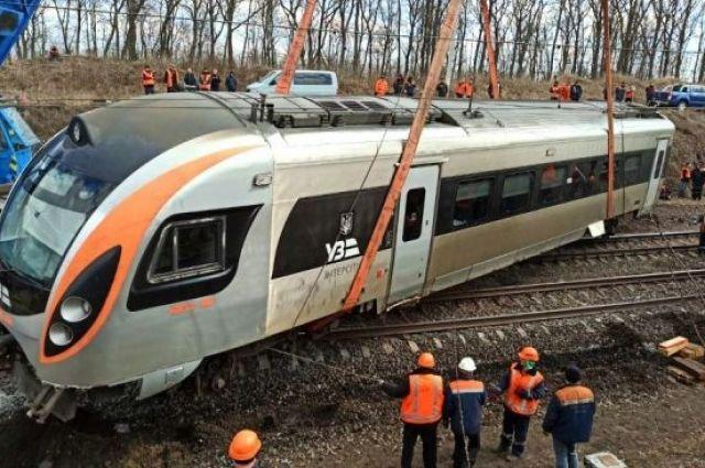 Большую часть вагонов сошедших с рельс поезда Интерсити подняли.