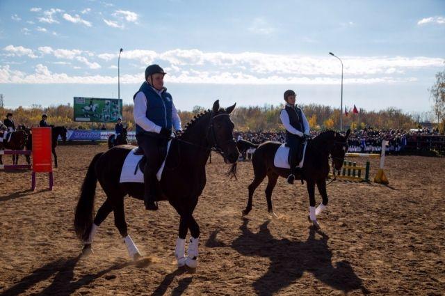 Новый губернатор удивлял энергичностью, появляясь перед кузбассовцами то на коне, то на трицикле, то босиком.
