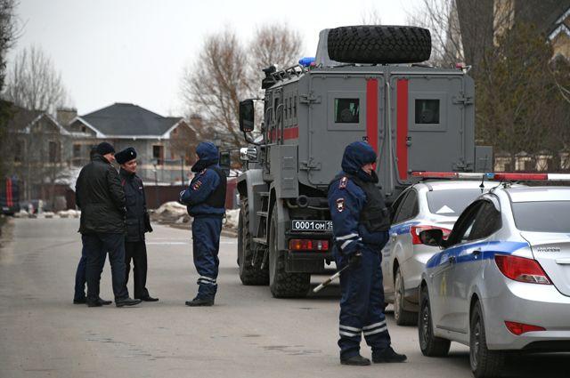 Сотрудники полиции наместе спецоперации удома забаррикадировавшегося вМытищах пенсионера, открывшего огонь посотрудникам правоохранительных органов.