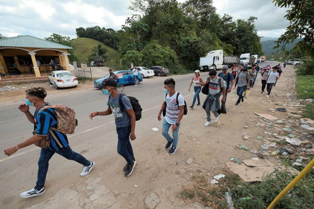 Караван мигрантов из Гондураса проходит возле пункта пересечения границы Коринто с Гватемалой, Гондурас.