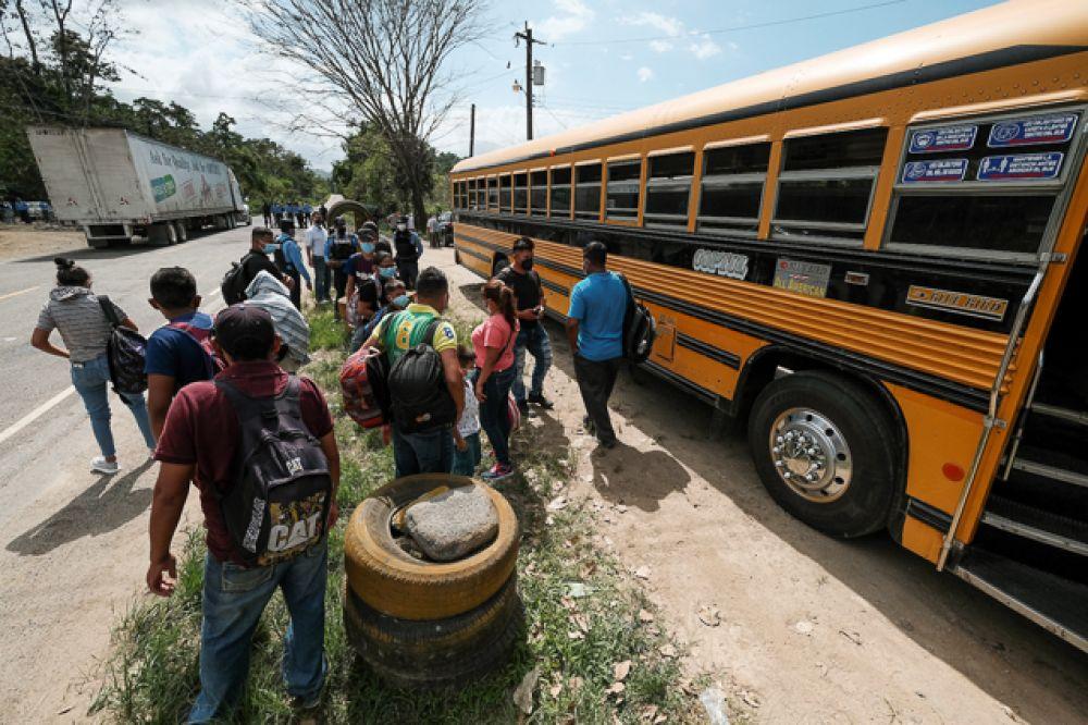 Мигранты из Гондураса стоят в очереди на контрольно-пропускном пункте полиции возле пограничного перехода, чтобы проверить документы.