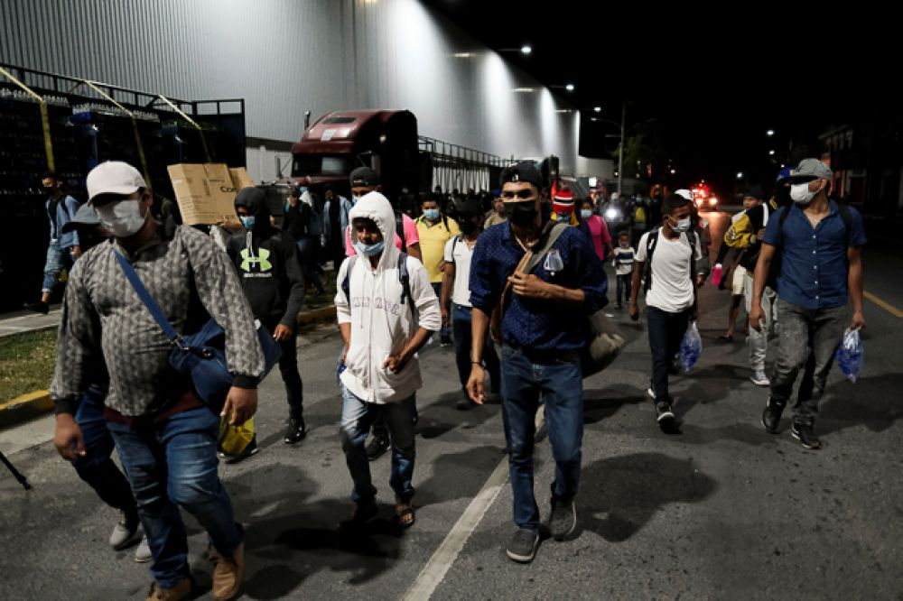 Гондурасцы идут по улице в Сан-Педро-Сула, Гондурас.