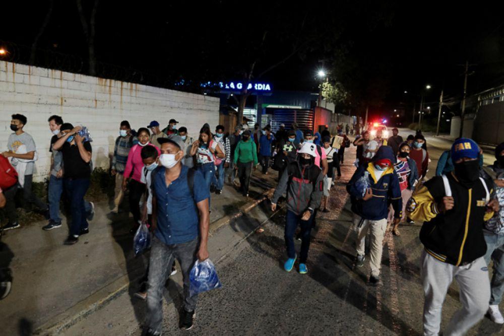 Мигранты из Гондураса на улице в Сан-Педро-Сула.