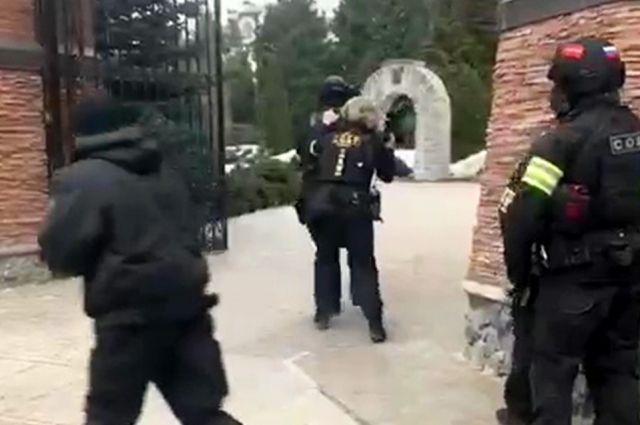 Сотрудники СОБРа на месте спецоперации у дома забаррикадировавшегося в Мытищах пенсионера, открывшего огонь по сотрудникам правоохранительных органов