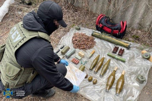 В Донецкой области обнаружили тайник с тротилом и минами.