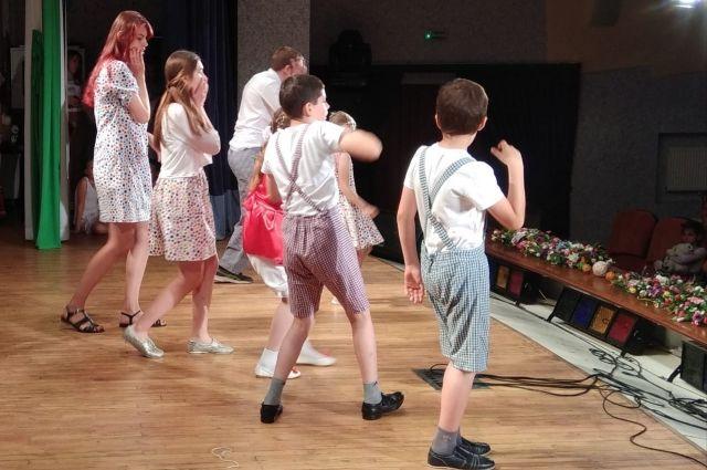 Дети с аутизмо успешно играют в театре с другими ребятами.