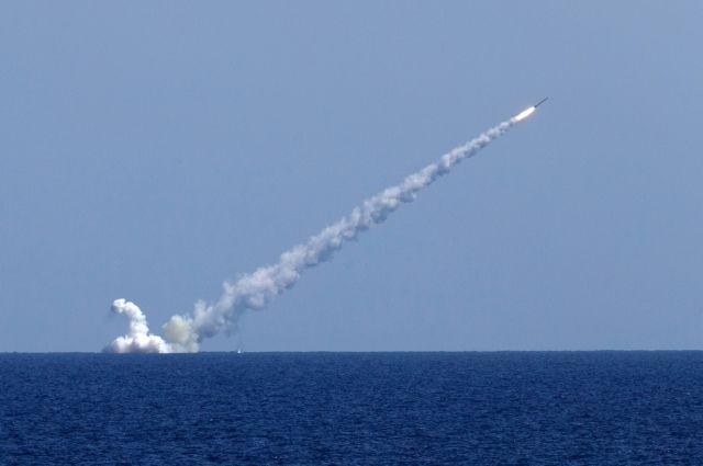 Российские подлодки «Колпино» и «Великий Новгород» наносят удар по террористам в Сирии крылатыми ракетами «Калибр».