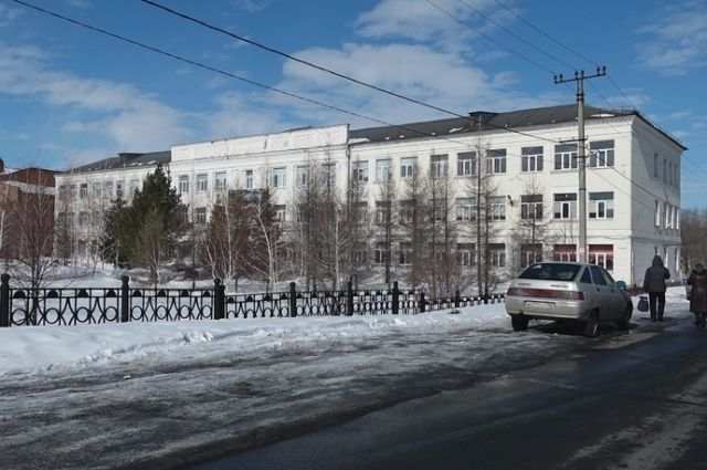 Учащихся школы №49 в Орске перевели на дистант из-за протекающей крыши.