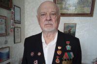 В свои 94 года Павел Моисеенко каждый день ходит на прогулку.