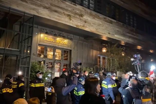 Акция протеста у отеля, где остановился Владимир Познер.