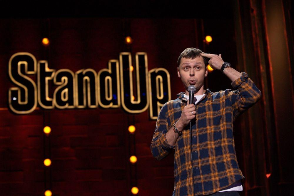 Stand Up. Комедийное искусство, в котором комик выступает перед живой аудиторией, обычно говоря напрямую зрителям.