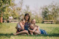 Медалью награждаются многодетные матери, живущие в округе не менее 15 лет и достойно воспитавшие четверых и более детей