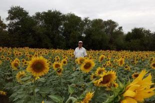 Фермер признаётся, что не представляет себе жизни без земли.