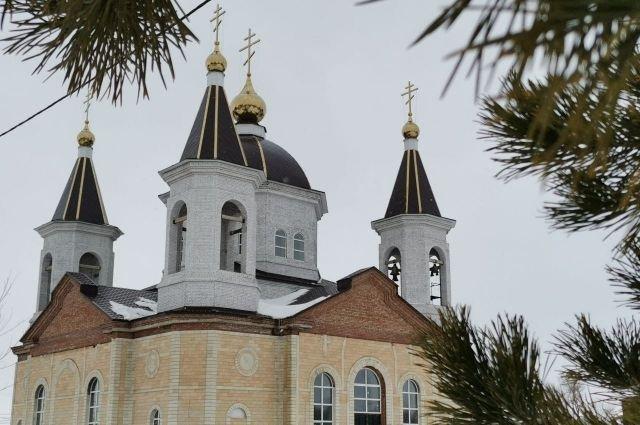 Храм Покрова Пресвятой Богородицы в Акбулаке возвышается над другими объектами.