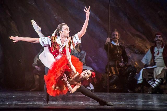 За лёгкостью и красотой на сцене стоит ежедневная напряжённая работа в балетном классе. Василий Козлов в роли Базиля и Юлия Ануфриева в роли Китри в балете «Дон Кихот».