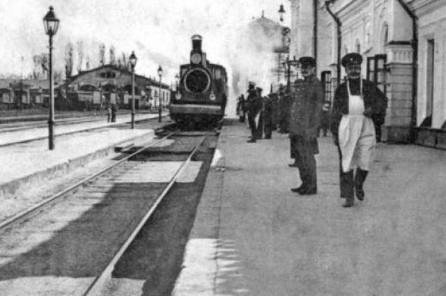 Железнодорожный вокзал в Симферополе до революции.