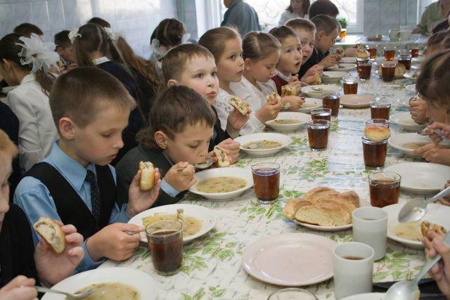 Школьное питание. Шведский стол с наггетсами, минестроне и пастой болоньезе