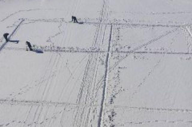 На 20 территориях Оренбуржья приступили к распиловке льда.