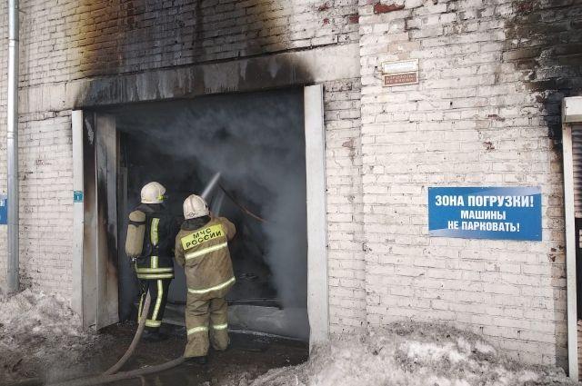 Огнем уничтожены гаражные боксы и четыре автомобиля.