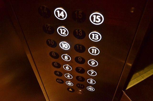 В Оренбурге трое мужчин застряли в лифте после дружных прыжков в кабине.