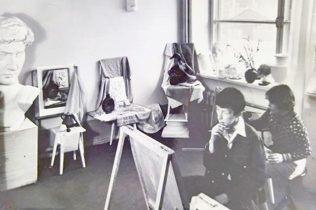 Занятия по живописи или рисунку в одном из первых классов ДХШ