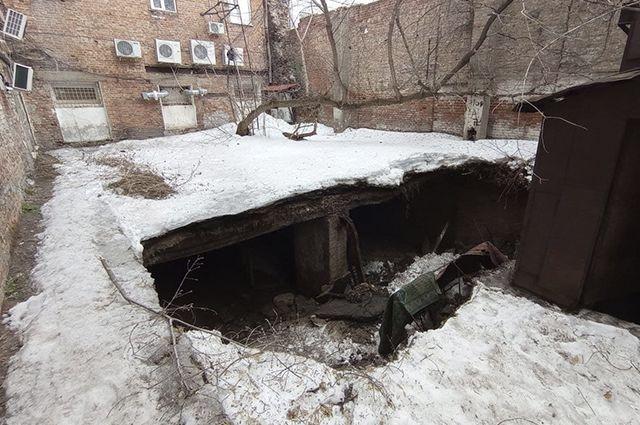 В Оренбурге на улице Советской, 27 прямо под стенами жилого дома провалился участок придомовой территории.