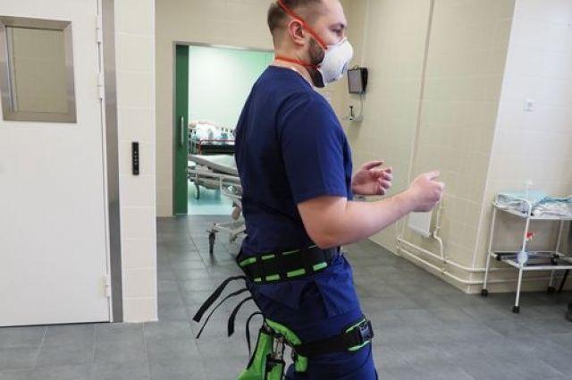 Экзоскелет снижает нагрузку на ноги и нижний отдел позвоночника и позволяет врачу занять удобное положение на рабочем месте.