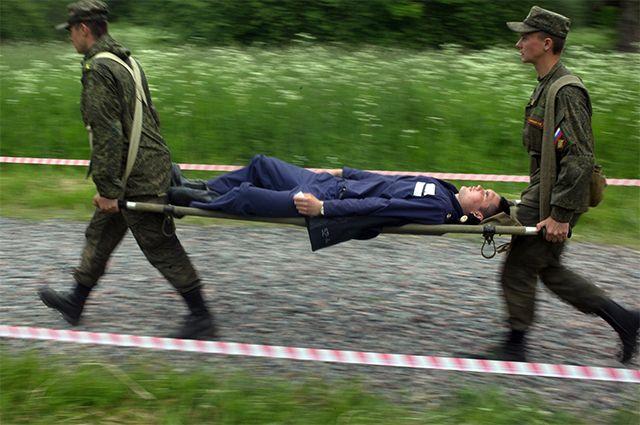 Оказание медицинской помощи и эвакуация раненных с поля боя во время тактико-специальных учений «Очаг-2016» на полевой базе Военно-медицинской академии имени С. М. Кирова в Красном Селе.