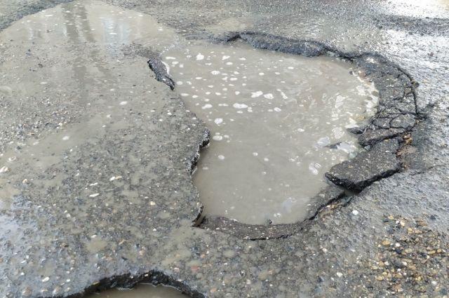 Трещины на дороге по ул. Салмышской в администрации Оренбурга оправдывают особенностями оренбургского климата.
