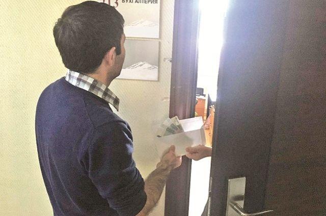 Сотрудник учреждения дошкольного образования в Оренбурге требовала деньги от своих подчиненных.