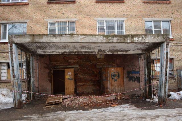 Несущая стена дома в районе центрального входа в буквальном смысле разваливается.