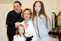Игорь Саруханов с супругой и дочерьми.