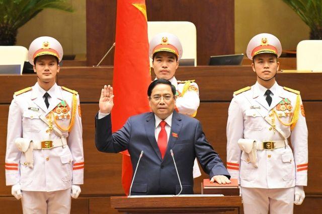 Премьер-министр Фам Минь Тьинь приносит присягу 5 апреля.