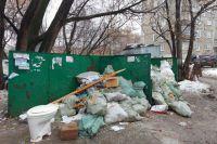 Так как контейнерная площадка на ул. Фонтанной не обустроена, здесь постоянная грязь, а строительный мусор привозят сюда со всего района.