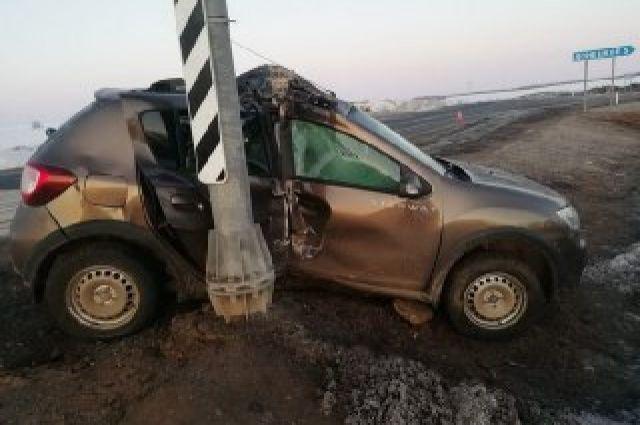 Автомобиль на трассе Оренбург-Самара наехал на дорожный знак.