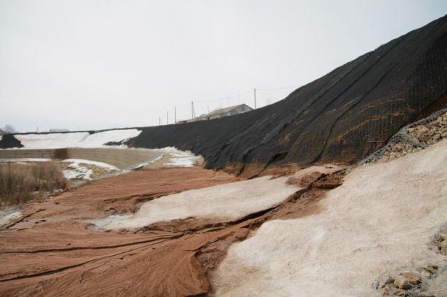 Укрепление за 50 миллионов не помогло: в поселке Экспериментальный обрушился берег реки Донгуз.